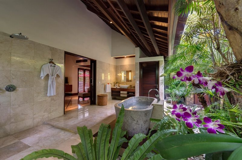 Villa Asta Outdoor En-suite Bathroom | Batubelig, Bali