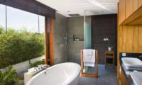 Villa Cendrawasih Bathtub   Petitenget, Bali