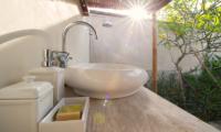Villa Voyage Bathroom with Garden View | Nusa Lembongan, Bali