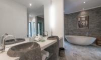 Villa Palm River Guest Bathroom | Pererenan, Bali