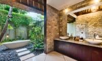 Villa Cinta Bathroom with Bathtub | Seminyak, Bali