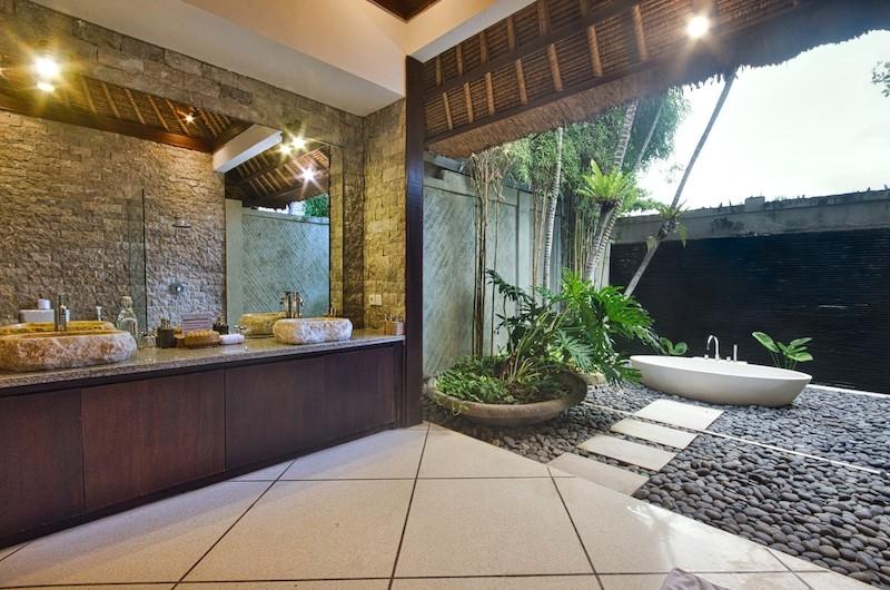 Villa Cinta Outdoor Bathtub | Seminyak, Bali