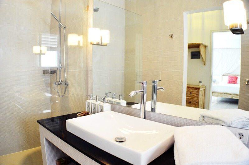 Santai Villa Bathroom | Batubelig, Bali