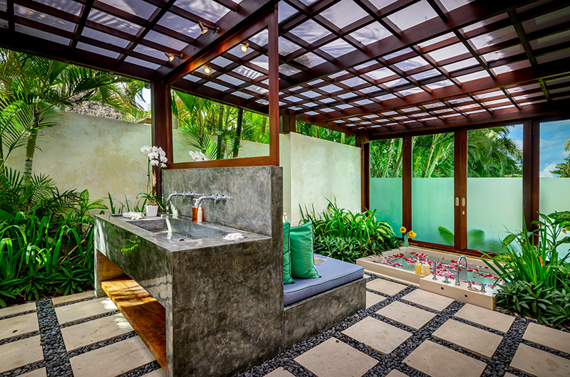 Shalimar Makanda Bathroom with Bathtub | Seseh, Bali
