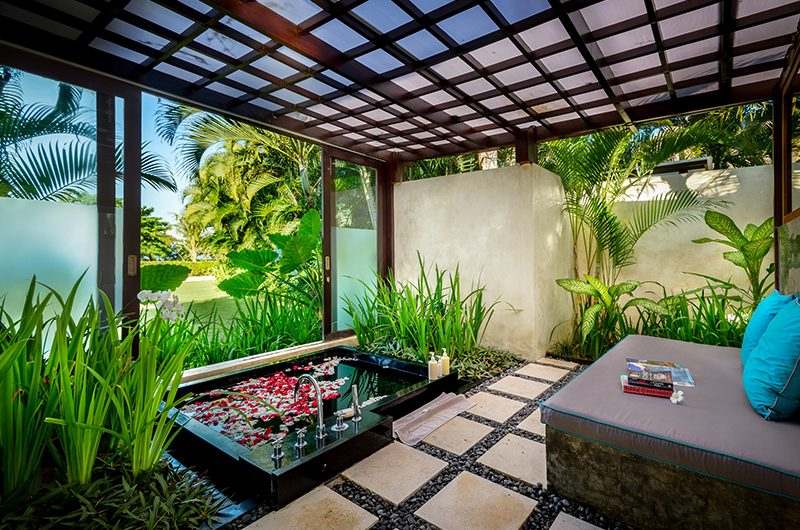 Shalimar Makanda Bathtub Area   Seseh, Bali