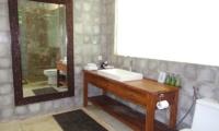 Villa Liang En-suite Bathroom | Batubelig, Bali
