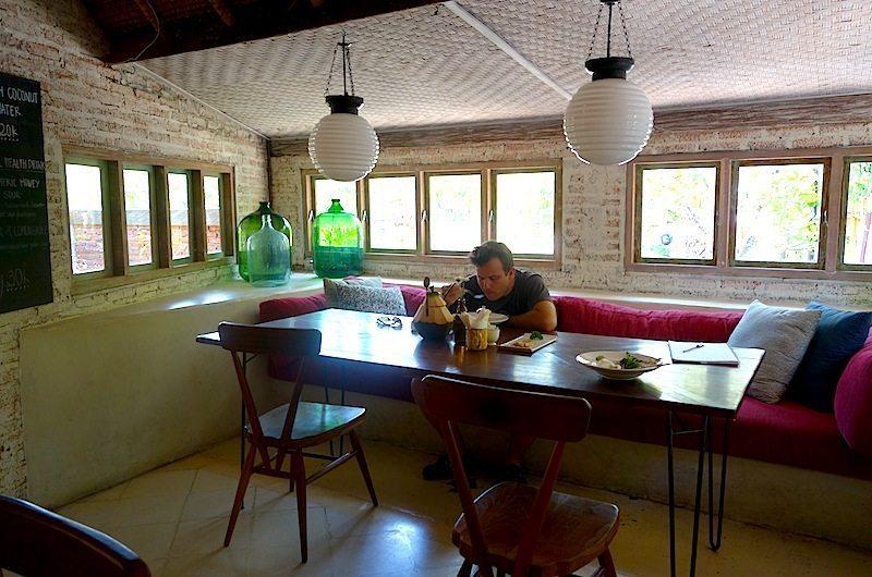 bali-seminyak-straw-hut-restaurant-01