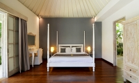 Casa Cinta 2 Bedroom with Make Up Mirror | Batubelig, Bali