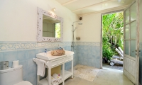 Casa Cinta 2 Bathroom with Shower | Batubelig, Bali