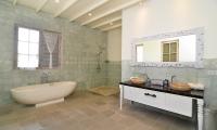 Casa Cinta 2 Bathroom Area | Batubelig, Bali