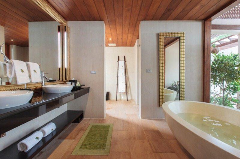 Baan Wanora Bathroom with Bathtub | Laem Sor, Koh Samui