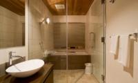Hana & Jo En-suite Bathroom | Hirafu Izumikyo 2, Niseko
