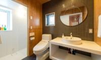 Heiwa Lodge Bathroom | St Moritz, Niseko