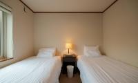 Powder Cottage Twin Bedroom with Lamp | Hirafu, Niseko