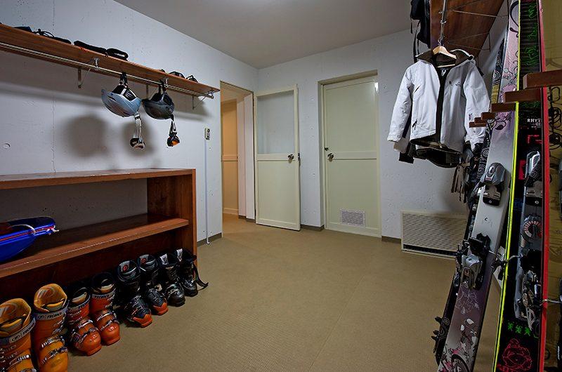 Seizan Ski Equipment Area   Hirafu, Niseko