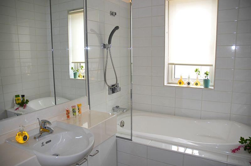 Seizan Bathroom with Bathtub | Hirafu, Niseko