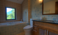 Mangetsu Lodge Bathroom with Bathtub | Hirafu, Niseko