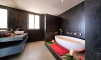 Villa Manta Bathroom with Bathtub | Choeng Mon, Koh Samui