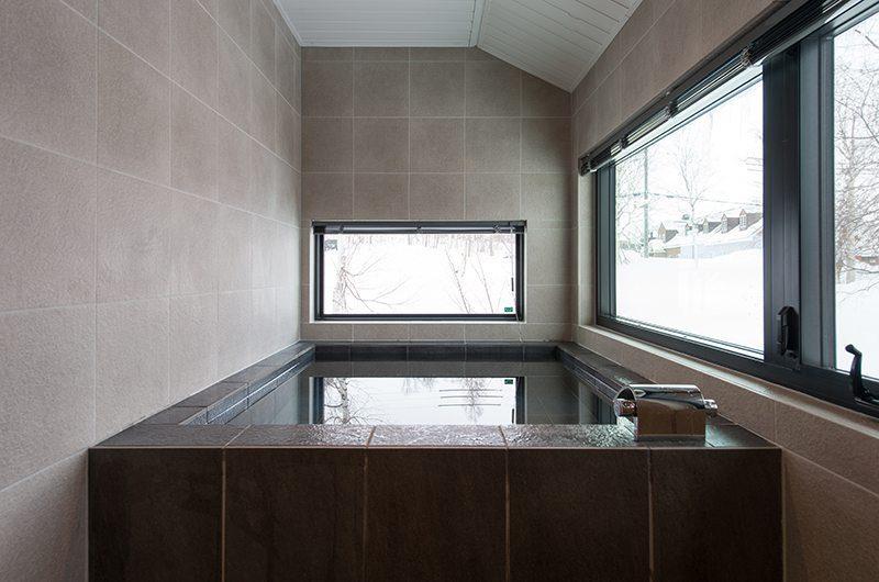 Tahoe Lodge Bathtub | Hirafu, Niseko