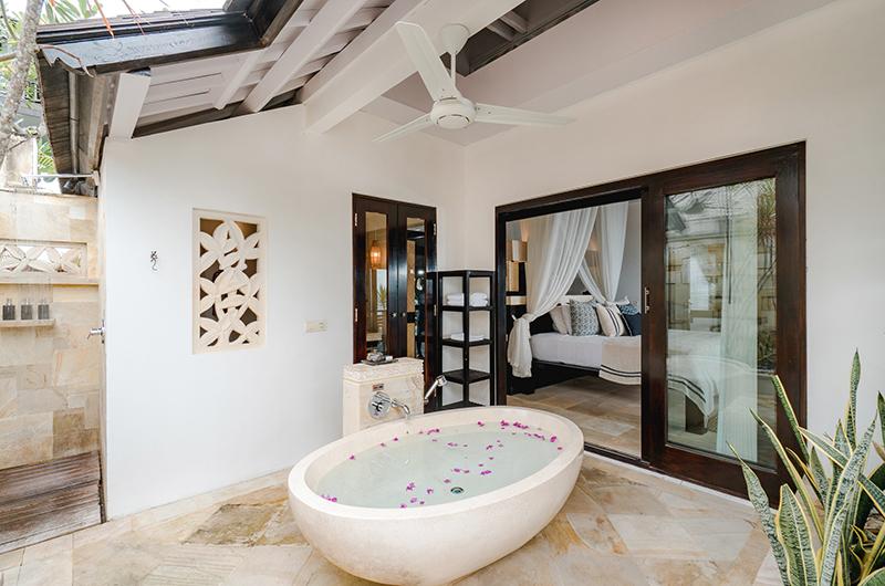Batu Karang Lembongan Resort Outdoor Bathtub   Nusa Lembongan, Bali