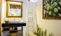 Bersantai Villas Villa Kundalini Bathroom | Nusa Lembongan, Bali