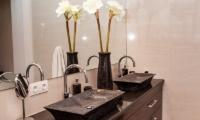 Castaway 3Br Bathroom | Nusa Lembongan, Bali