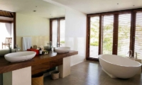 Villa Lago Master Bathroom | Nusa Lembongan, Bali