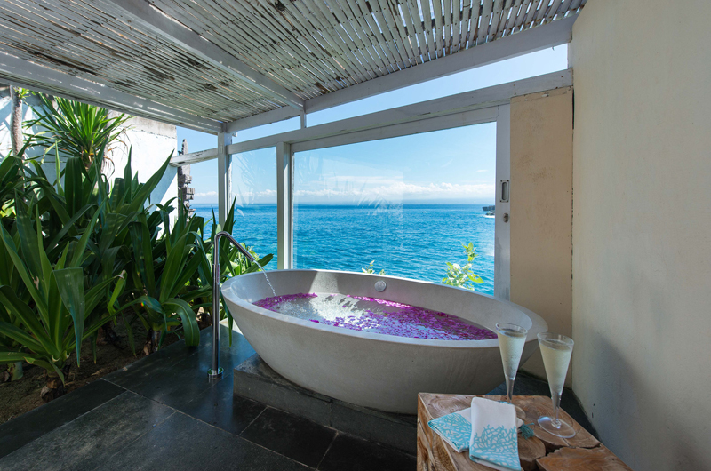 Villa Tranquilla Bathtub   Nusa Lembongan, Bali