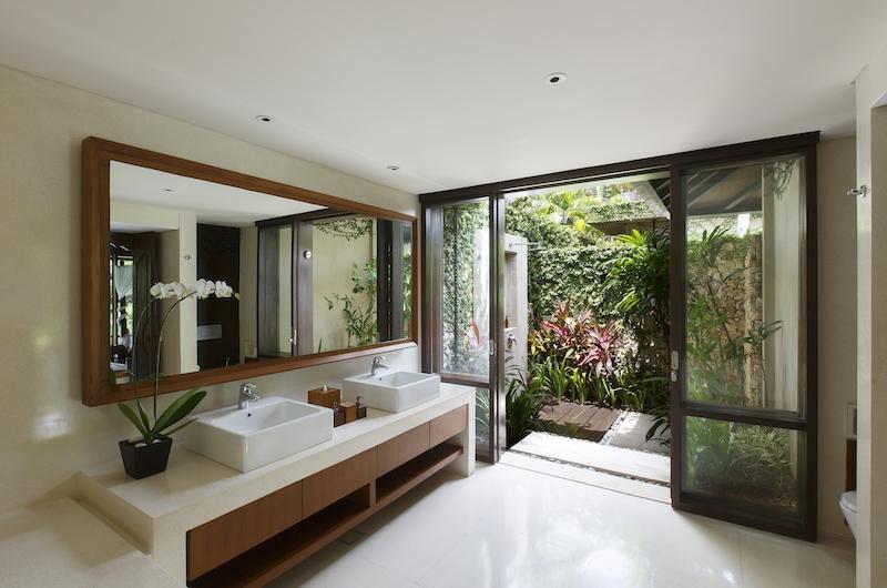 Villa Ambar Bathroom One | Ungasan, Bali