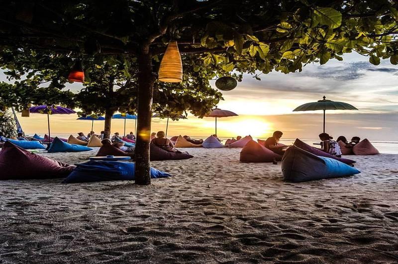 Blue Corner Bar Sandy Bay Beach Club - Bars in Nusa Lembongan, Bali