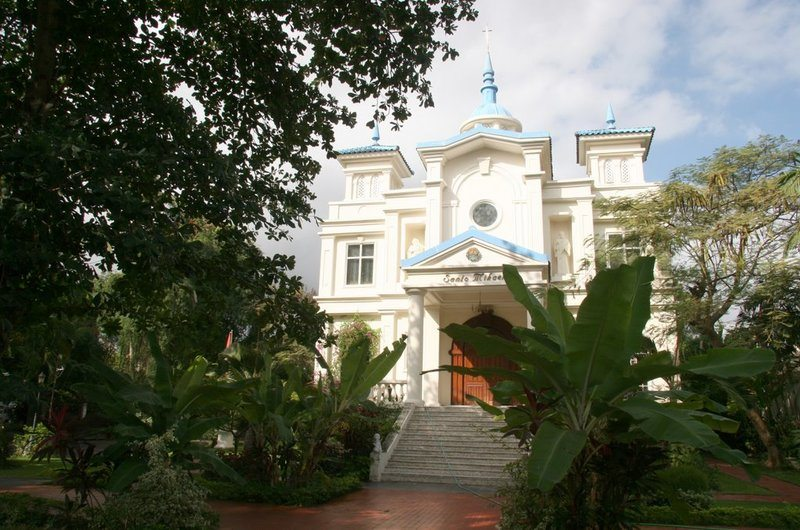 Looking for things to do in Seminyak on a budget? Visiting this beautiful white church surrounded by Hindu shrines is just one option - check out this article for seven free things to do in Seminyak, Bali!