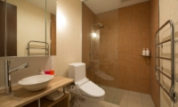 The Orchards Niseko Akagashi En-suite Bathroom | St Moritz, Niseko