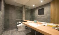 The Orchards Niseko Take En-suite Bathroom | St Moritz, Niseko