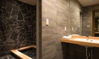 The Orchards Niseko Take Bathroom with Jacuzzi | St Moritz, Niseko