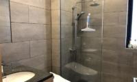 Yanagi House Shower | Hirafu, Niseko