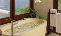 Villa Cahaya Bathtub   Ungasan, Bali