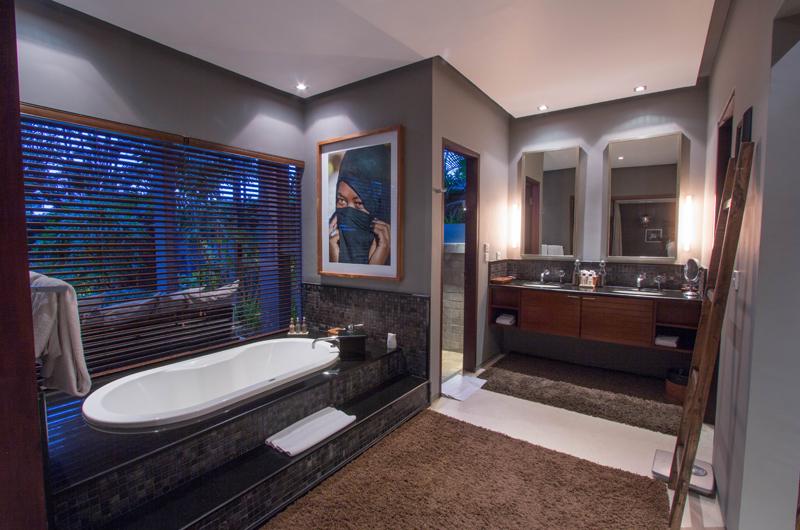 Chimera Tiga Bathroom with Bathtub   Seminyak, Bali