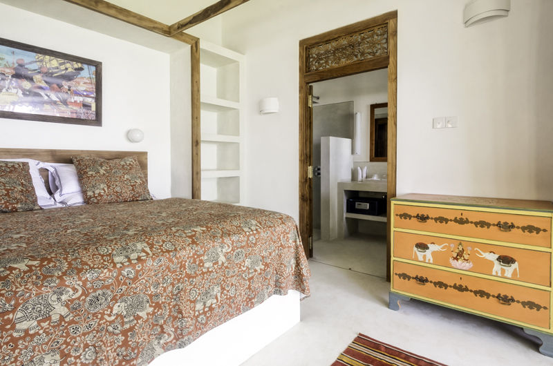 Meda Gedara King Size Bed and Bathroom | Dickwella, Sri Lanka