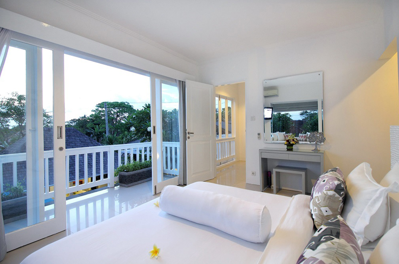 Villa Alun Bedroom with Dressing Table | Batubelig, Bali