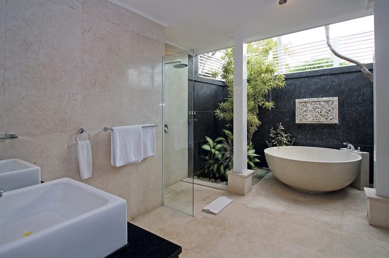 Villa Alun Bathroom with Bathtub | Batubelig, Bali