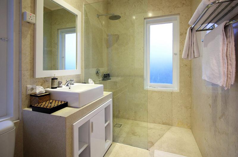 Villa Alun Bathroom | Batubelig, Bali