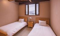 Powderhouse Twin Bedroom with Lamps | Hakuba, Nagano