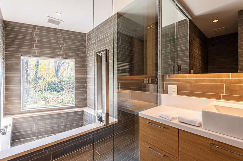 Shiroyama Bathroom with Bathtub | Hirafu, Niseko