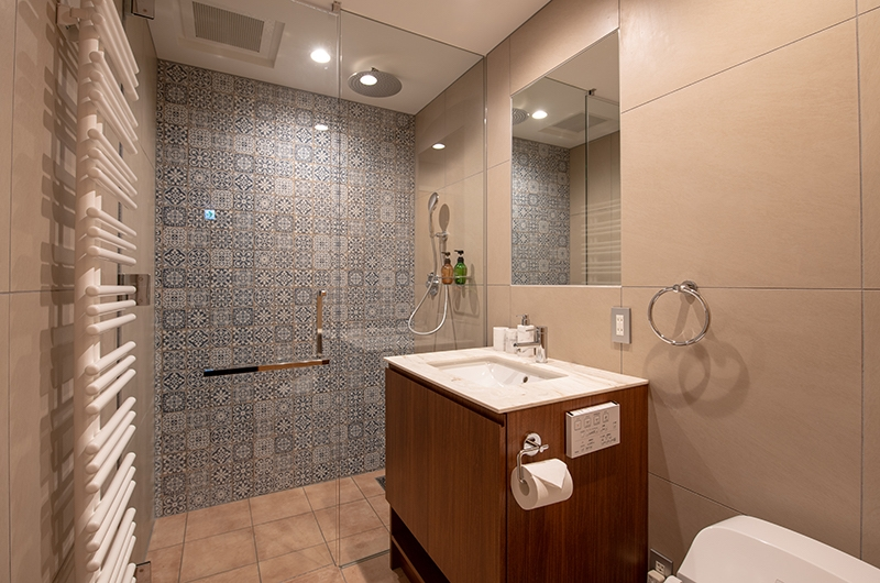 Kitsune House Shower Area   Hirafu, Niseko