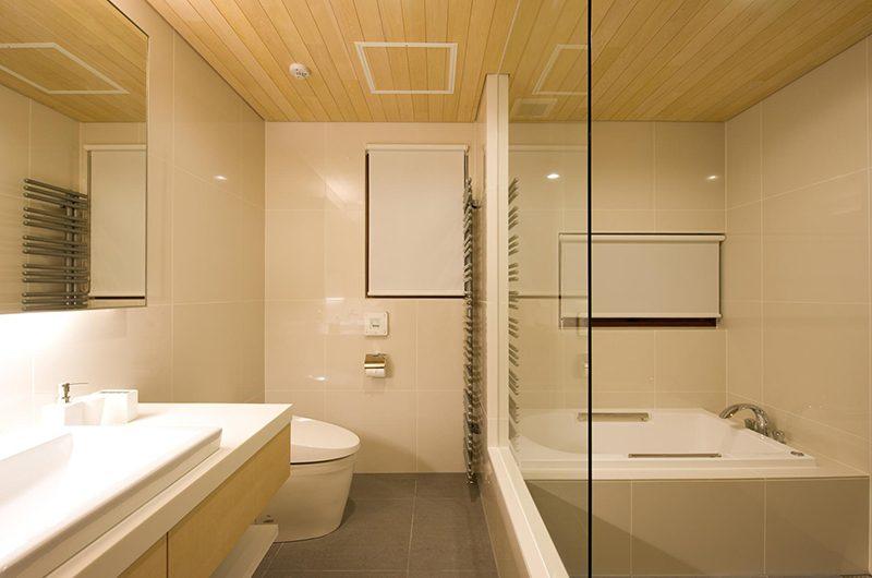 Seshu Bathroom with Bathtub   Hirafu, Niseko