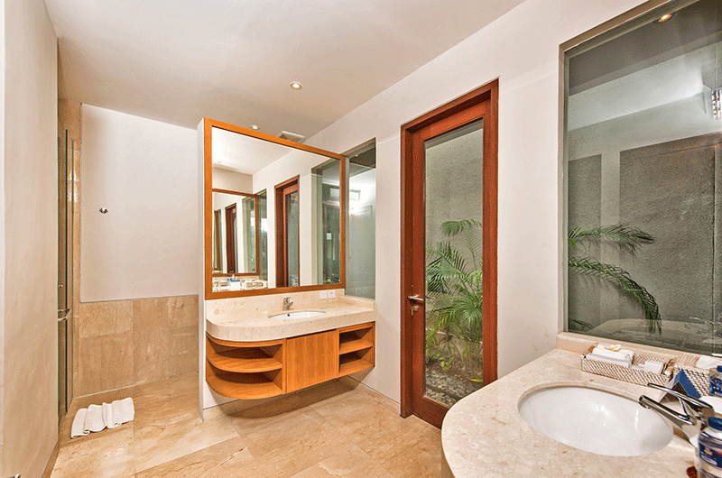 Villa Feronia Bathroom with Mirror | Ungasan, Bali