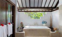 Villa Kubu 16 Bathroom with Bathtub | Seminyak, Bali