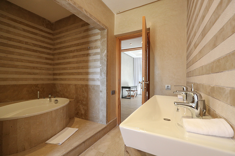 Villa Chamly 6 Bathroom with Bathtub | Marrakesh, Morocco
