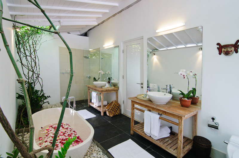 Villa Sipo Bathroom with Bathtub | Seminyak, Bali