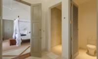 Villa Ahasa Bedroom and En-suite Bathroom | Habaraduwa, Sri Lanka